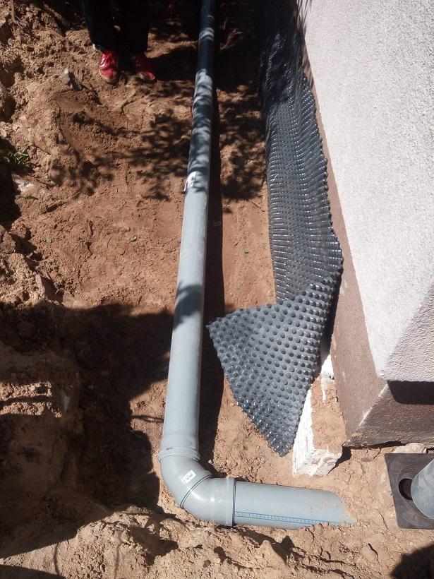 Montaż kanalizacji zewnętrznej i odprowadzenie wody deszczowej do dalszego odzysku.