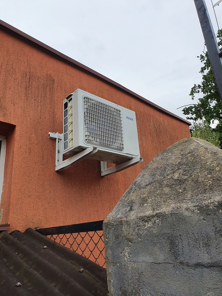 Klimatyzator AUX z funkcją ogrzewania w pomieszczeniu biurowym w Starachowicach