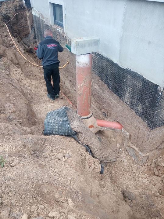 Izolacja fundamentów, uszczelnienie wyjścia kanalizacji z budynku.