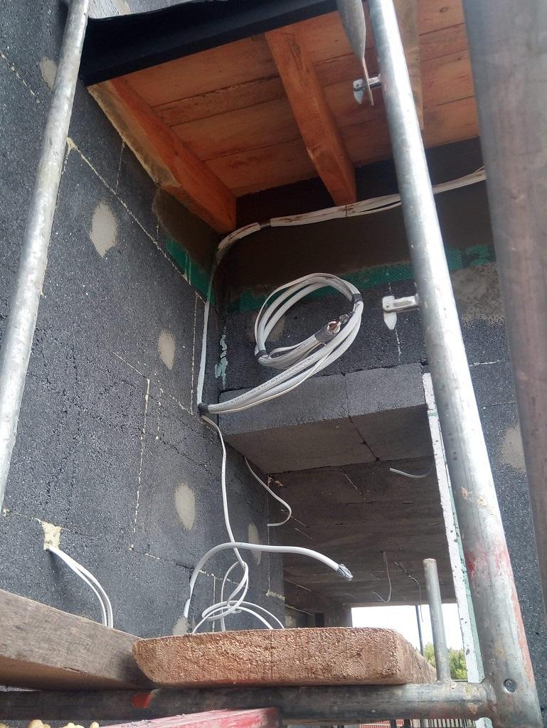 Orurowanie do klimatyzacji schowane pod podprzybitką, oraz odpływ kondensatu schowany w styropianie przed strukturą. Dom w Ostrowcu Świętokrzyskim 🙂