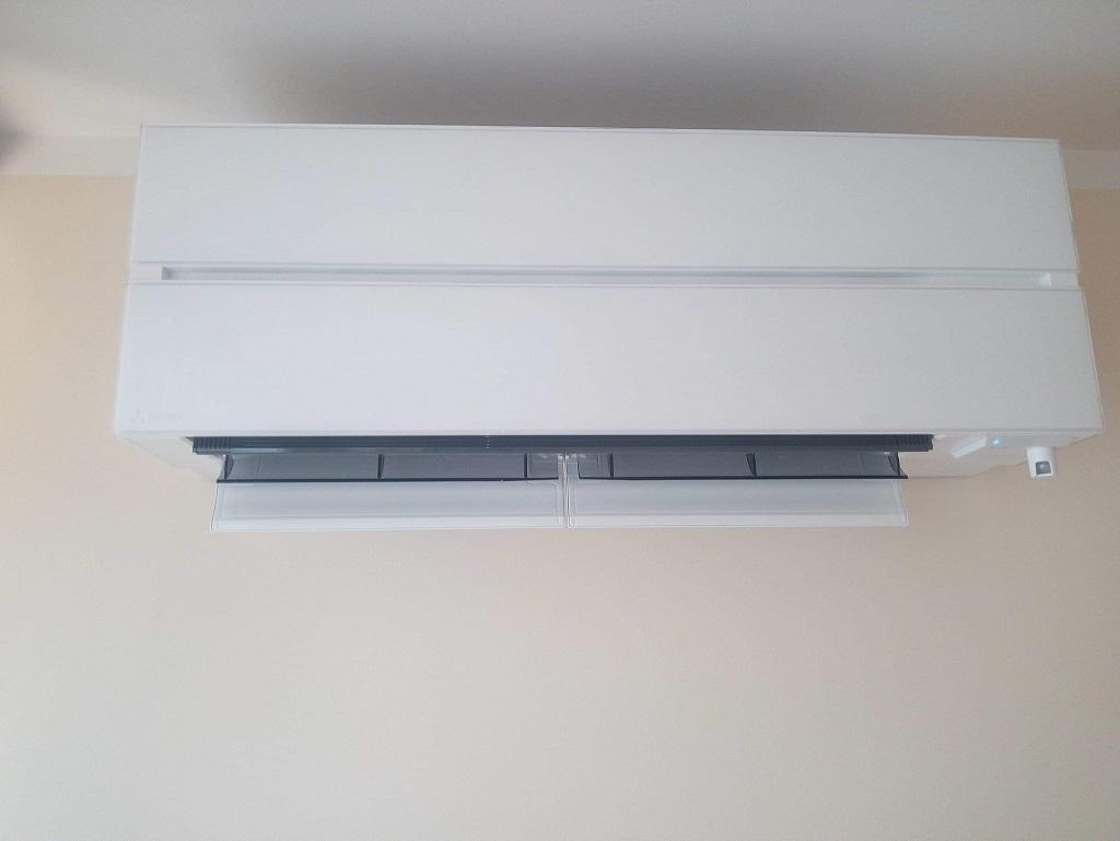 Klimatyzator Mitsubishi ze szklanym frontem zamontowany w Starachowicach