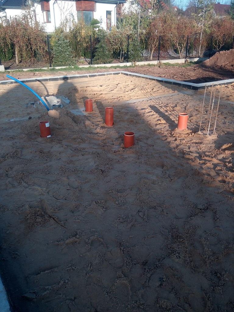 Rozłożenie rur kanalizacyjnych pod chudziakiem oraz napowietrzenie do kominka w Starachowicach.