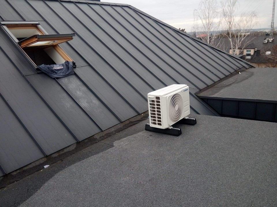 Klimatyzator - przypodłogowy KAISAI, zamontowany w Starachowicach przy ul. Bankowej.