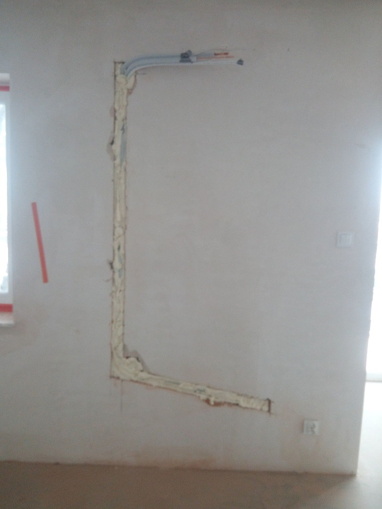 Rozprowadzenie rur do klimatyzacji w nowym bloku w Starachowicach.