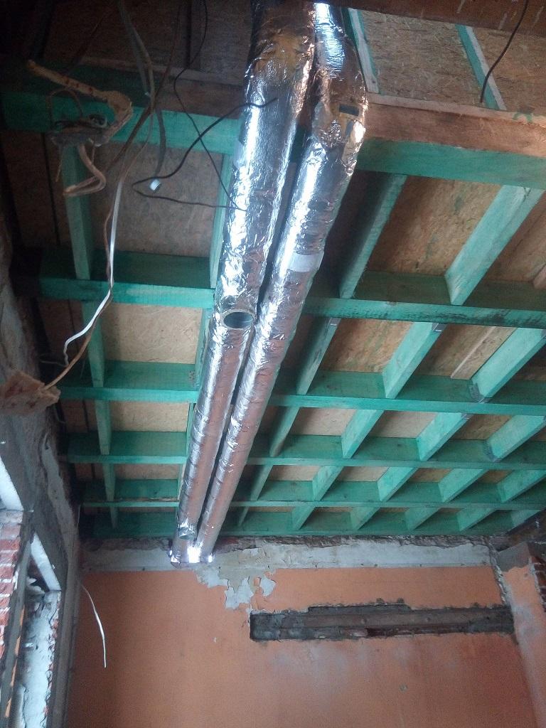 Montaż kanałów rekuperacji w remontowanym domu w Wąchocku