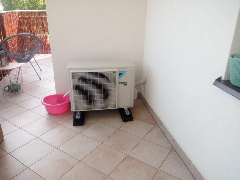 Klimatyzator DAIKIN 3,5 kw zamontowany w bloku na Lutosławskiego.