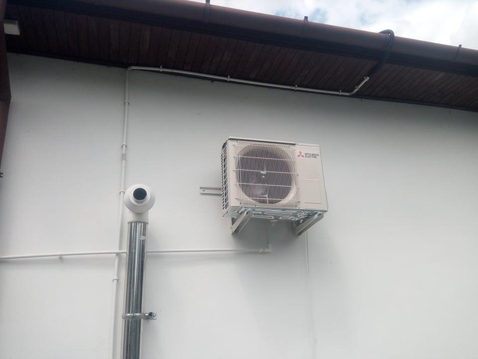 Dwa klimatyzatory Mitsubishi - każdy po 3,5 kw zamontowane w Łomnie