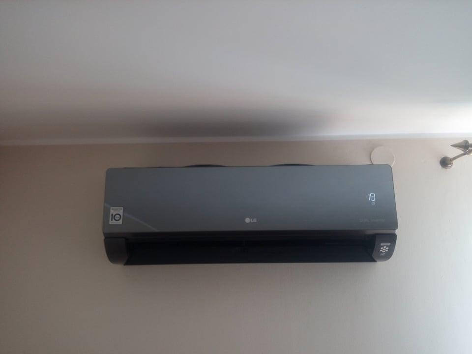 Klimatyzator LG Artcool Mirror zamontowany w Ostrowcu Świętokrzyskim