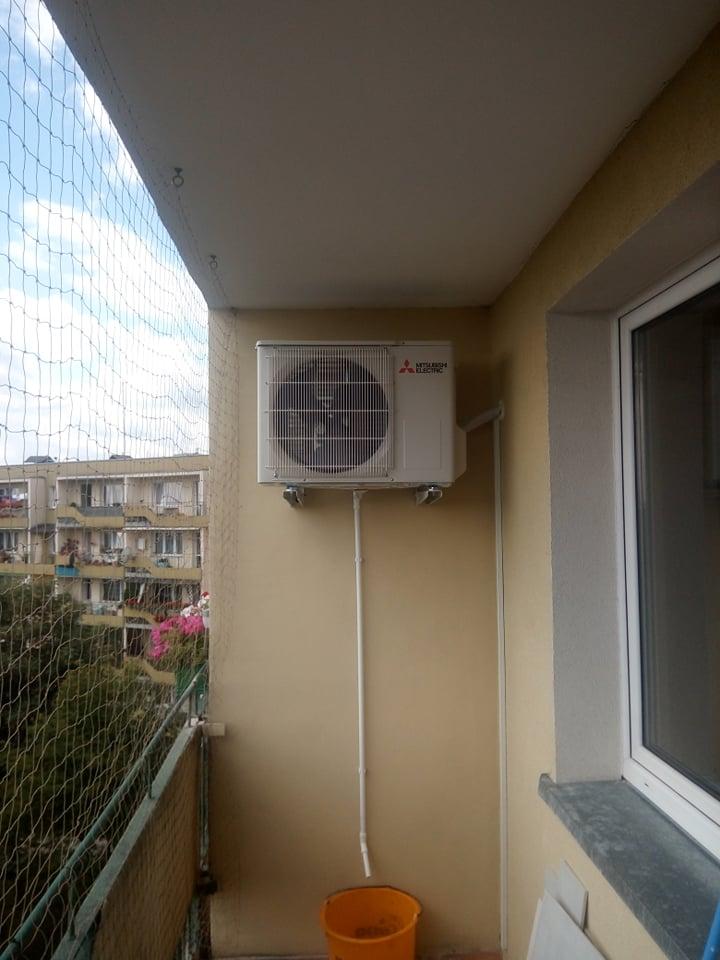 Klimatyzator Mitsubishi zamontowany w bloku w Starachowicach