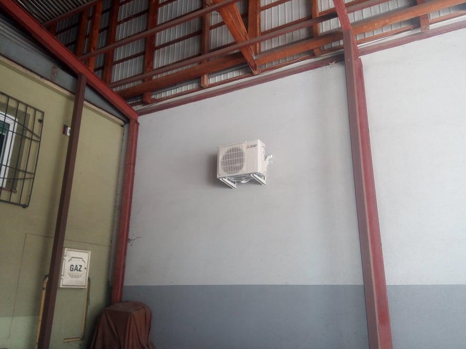 Klimatyzator Mitsubishi zamontowany w pomieszczeniu biurowym w salonie meblowym w Starachowicach.