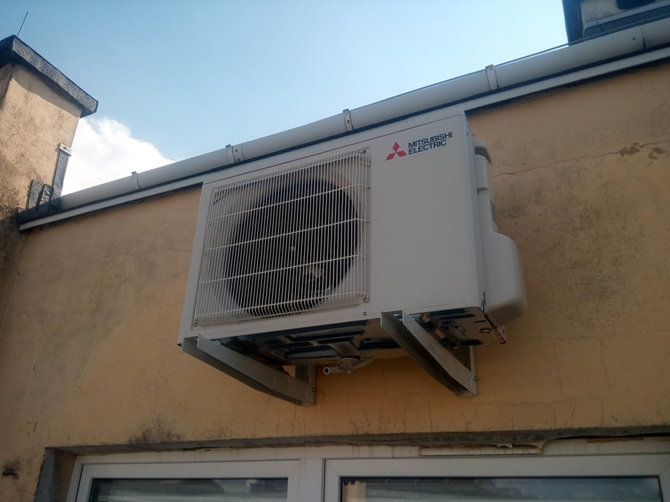 2 klimatyzatory Mitsubishi zamontowane w pomieszczeniach biurowych w Starachowicach.